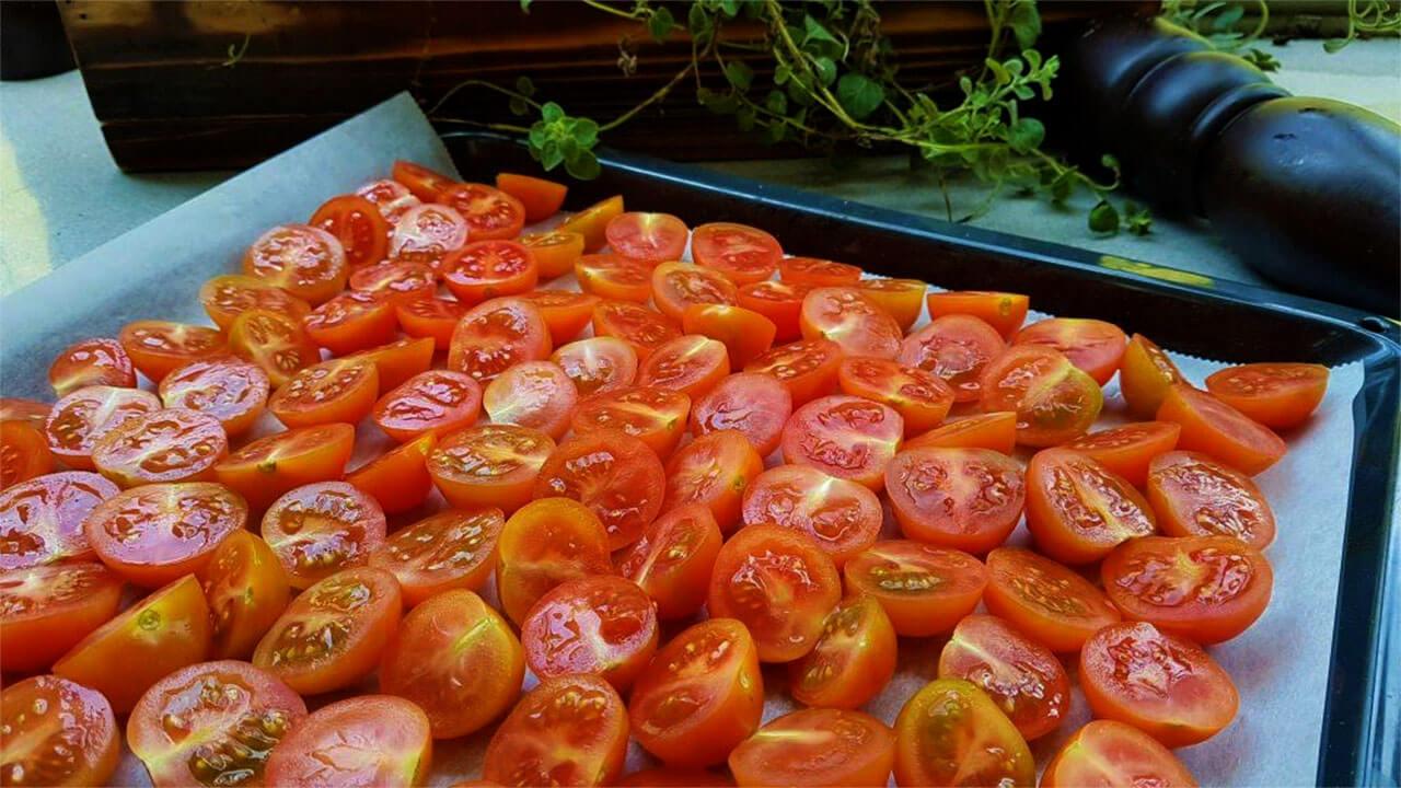 עגבניות חצויות במגש