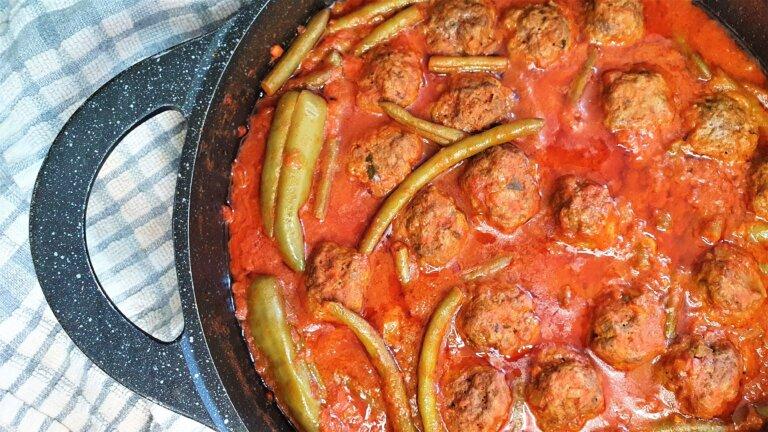 קציצות בשר ברוטב אדום עם שעועית